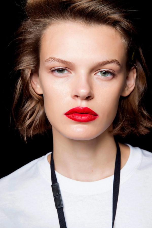 trendy w makijażu wiosna lato 2019 czerwone usta Escada
