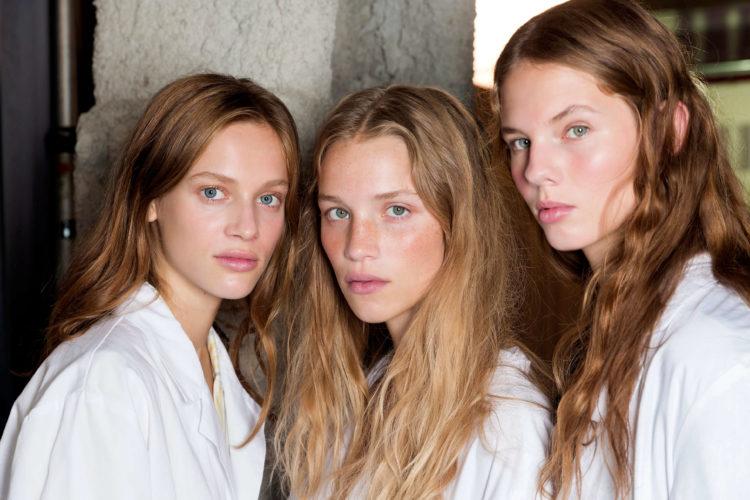 trendy w makijażu wiosna lato 2019 rozświetlona skóra Michael Kors