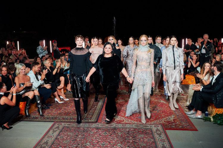 Metaliczne aplikacje, brokaty, rozświetlona skóra i dużo błysku! Przekonajcie się co działo się na wybiegu jednej z najlepszych polskich projektantek mody!