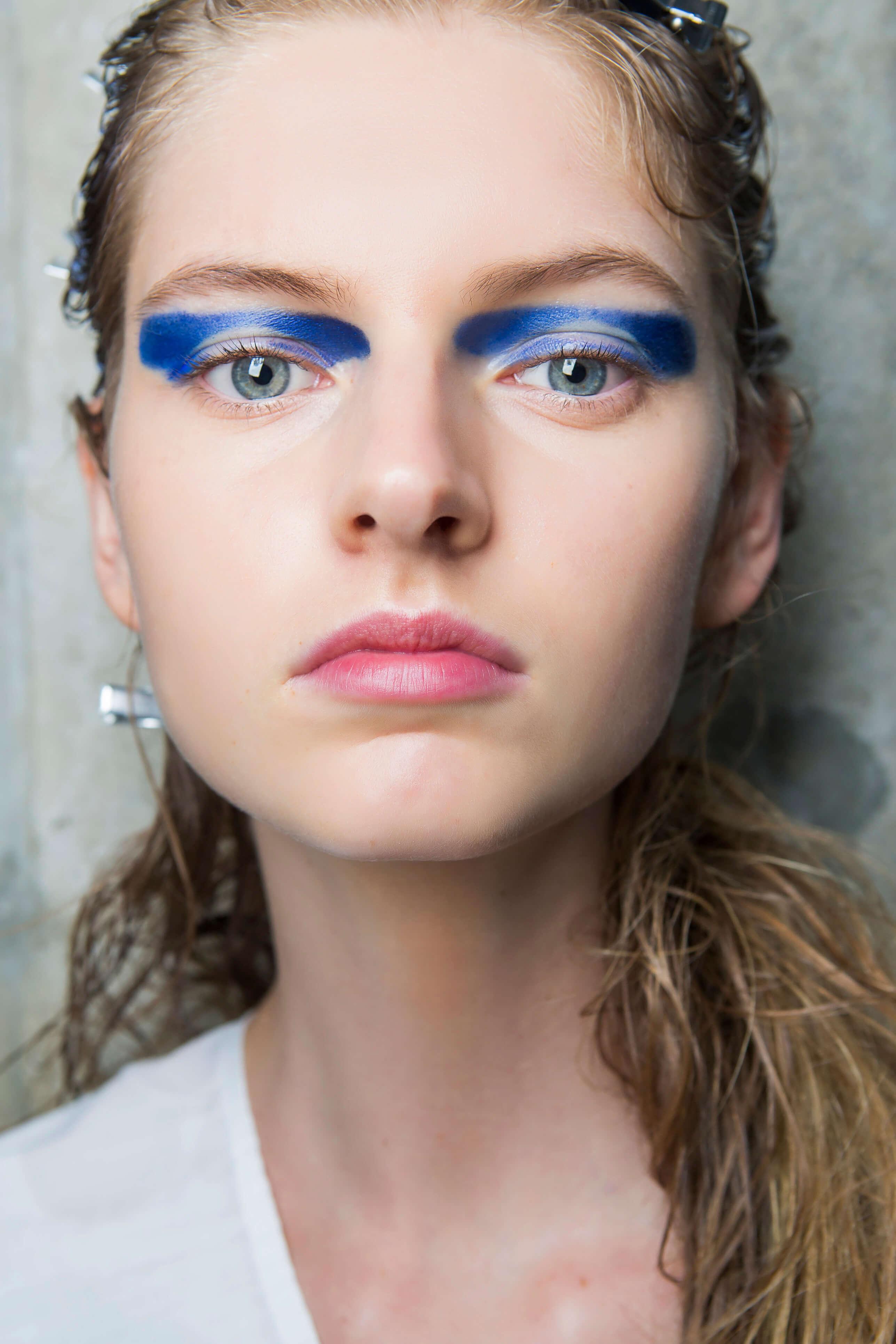 niebieski makijaż graficzny